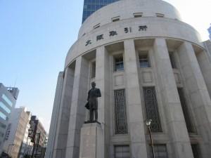 大阪取引所と五代友厚の像